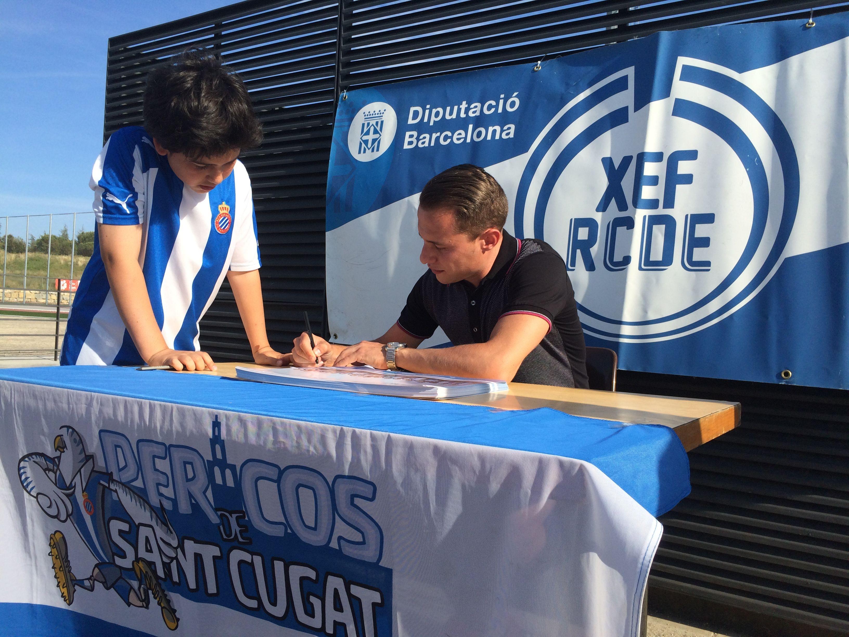 El jugador del RCD Espanyol va firmar autògrafs a tots els nens de l'escola de futbol. FOTO: À. L. P.