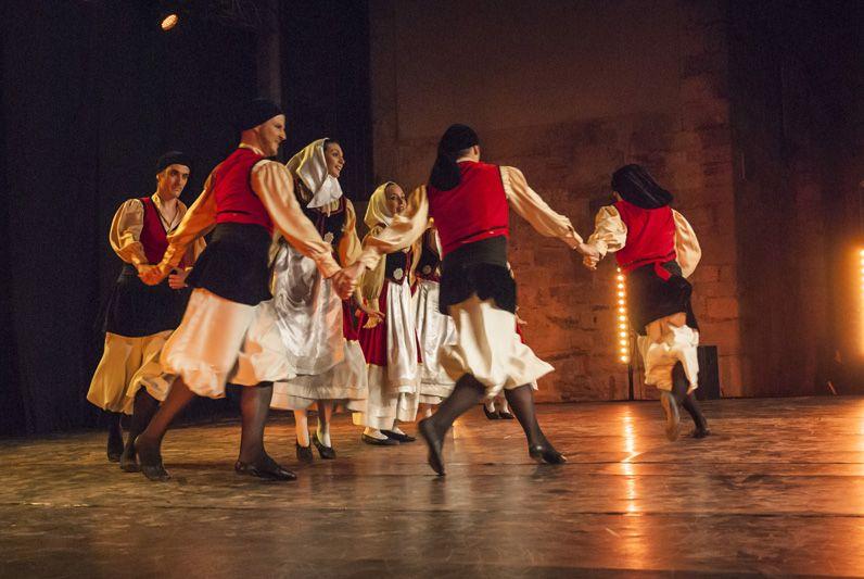 Dansa Catalana d'arrel tradicional amb grup Mediterrània. Plaça de l'Om. FOTO: Aïda Sotelo