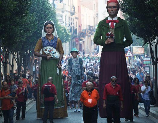 Les entitats de cultura popular protagonitzen el seguici d'inici FOTO: Lali Puig