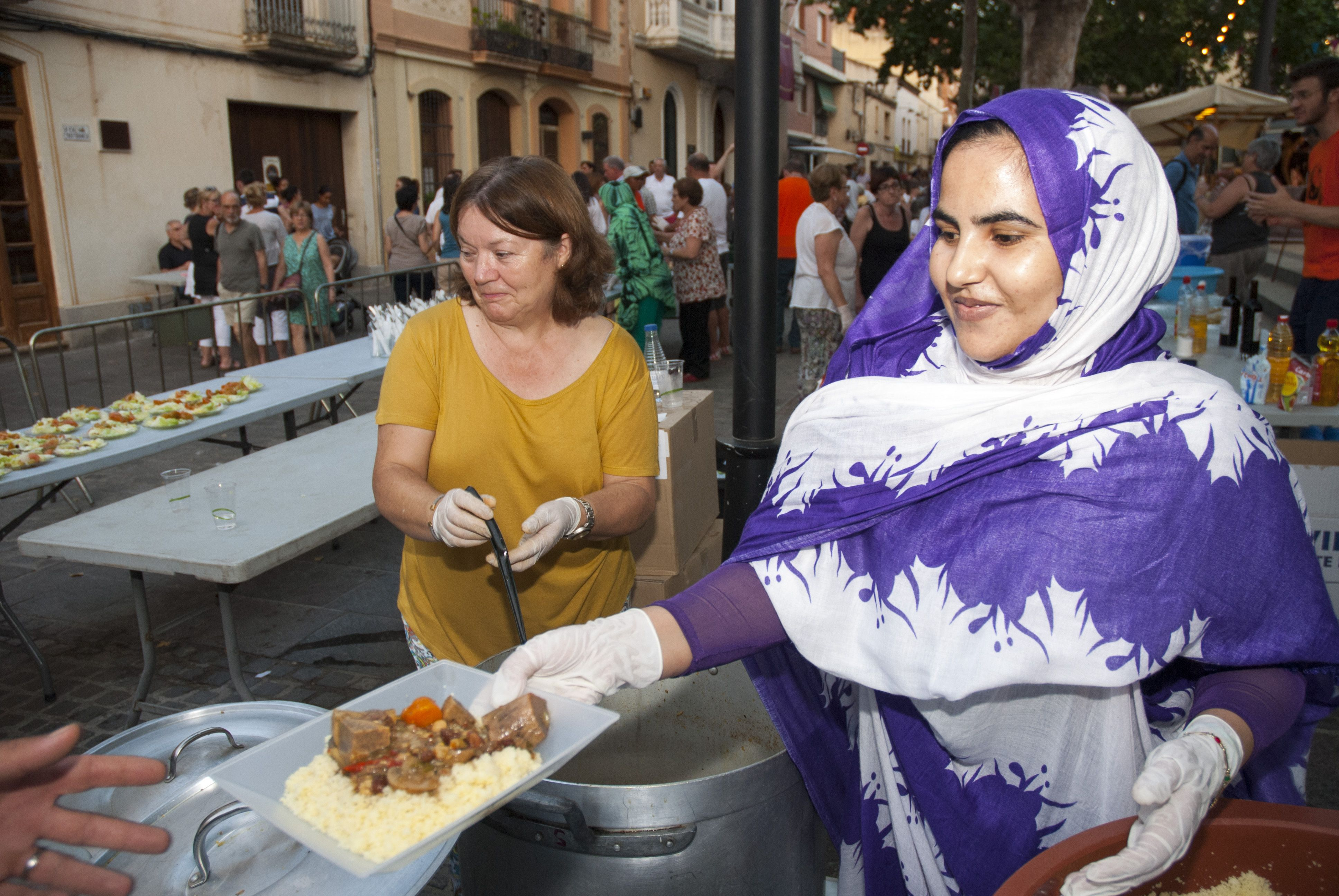 Cuscús solidàri a la Plaça Barcelona. FOTOS: Aïda Sotelo
