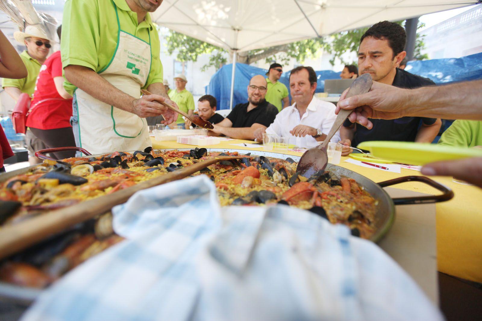 El jurat tastant les paelles. FOTO: Lali Puig