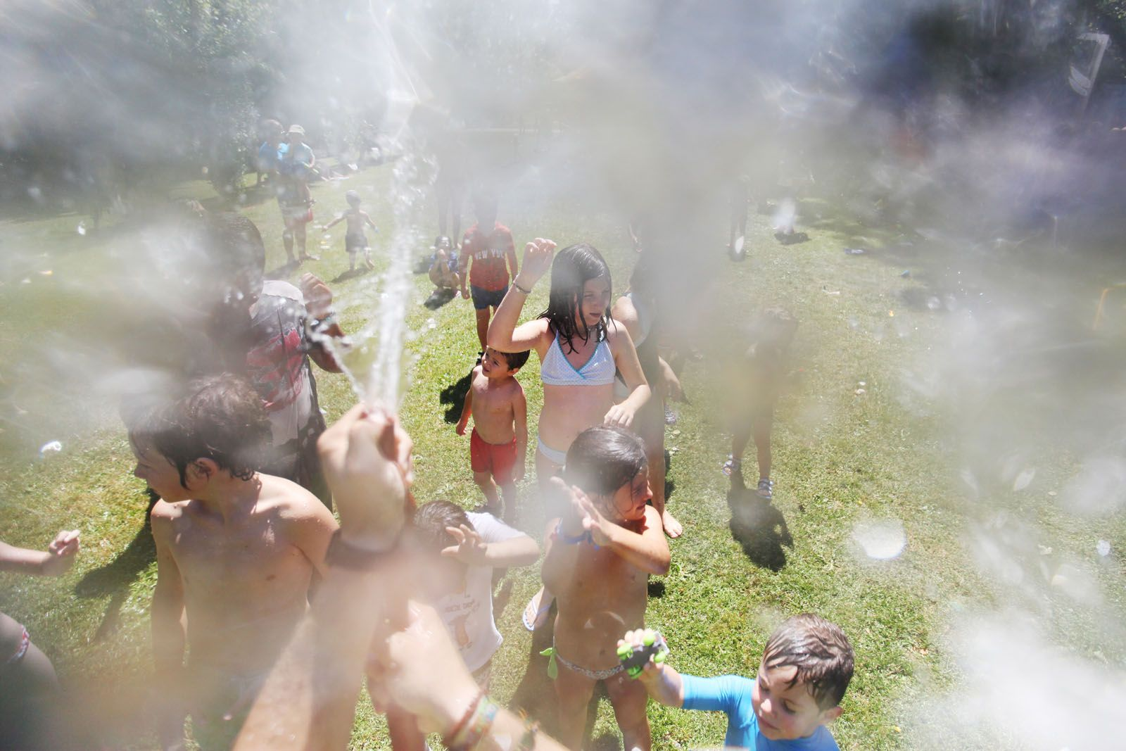 La calor ha fet més valents als infants davant les ruixades amb aigua freda. FOTO: Lali Puig