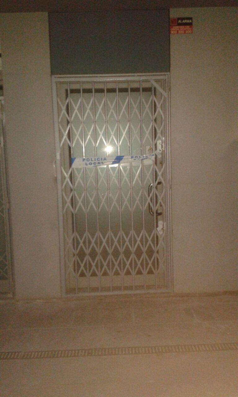 La porta del local precintada. FOTO: Tot Sant Cugat