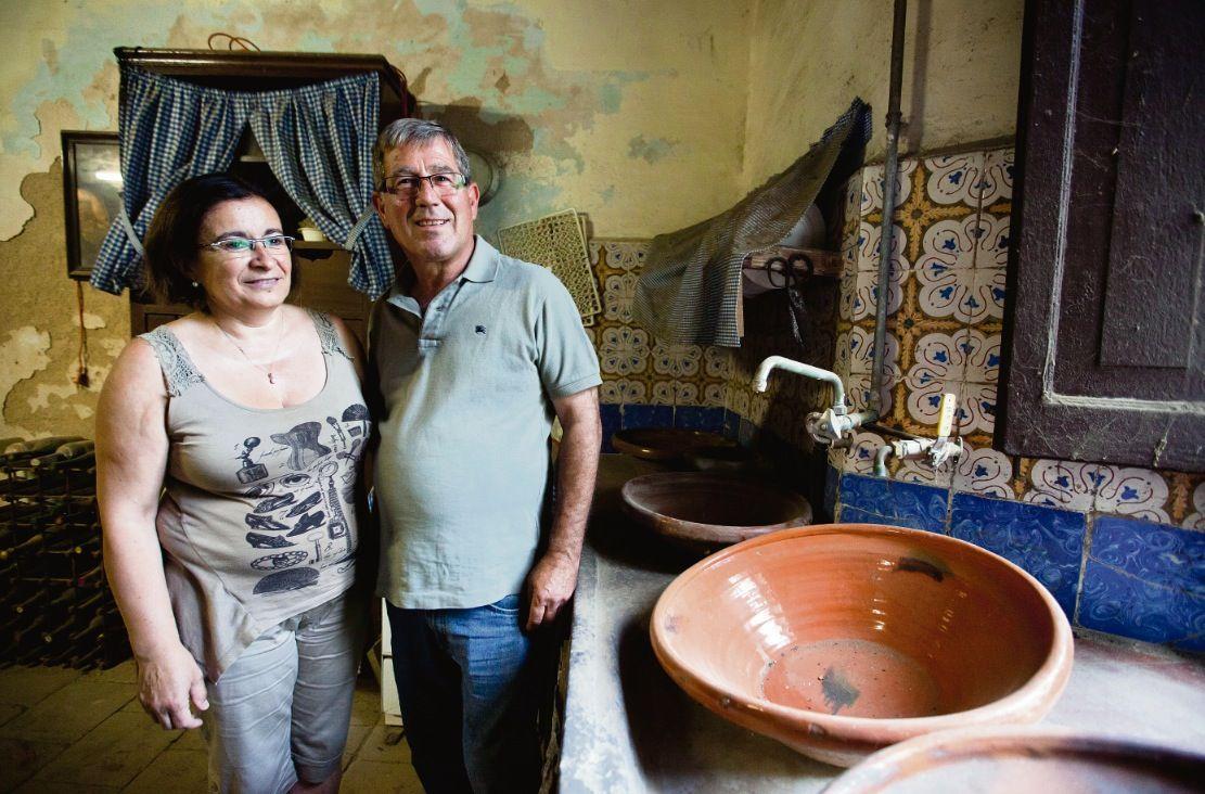 El matrimoni d'en Jaume i la Luci, actuals propietaris de la masia i que continuen la saga familiar. FOTO: Lali Puig