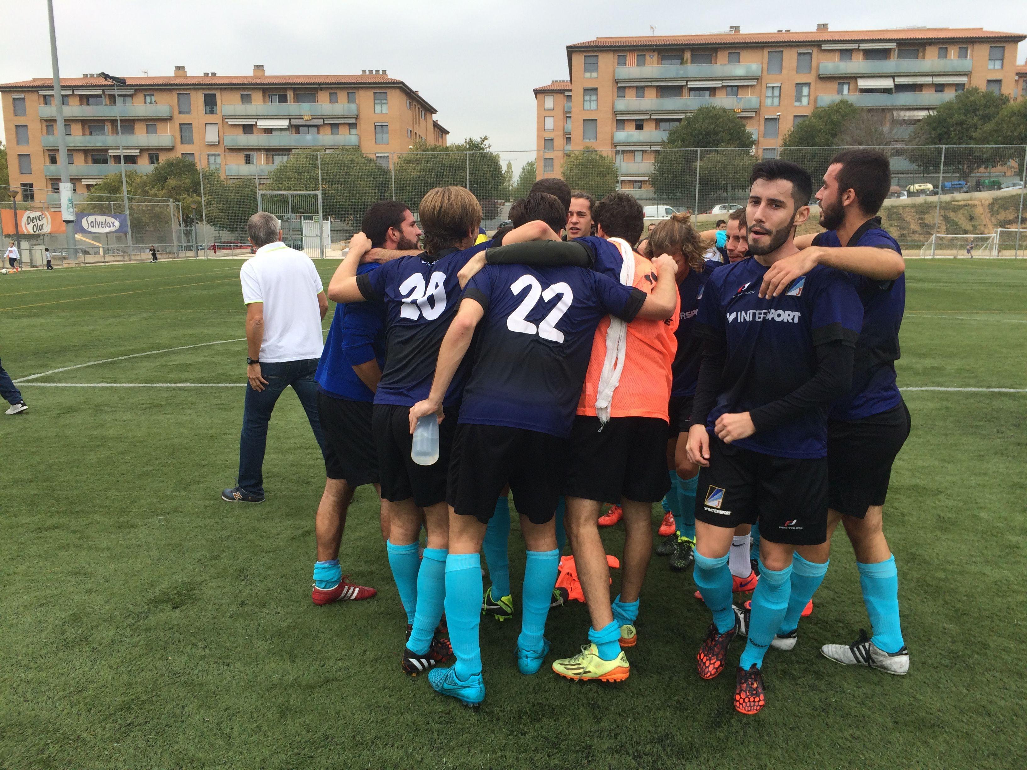 Els jugadors del Junior FC celebrant, després del partit, la victòria (1-2) al camp del Sant Cugat Esport FC. FOTO: À. L. P.