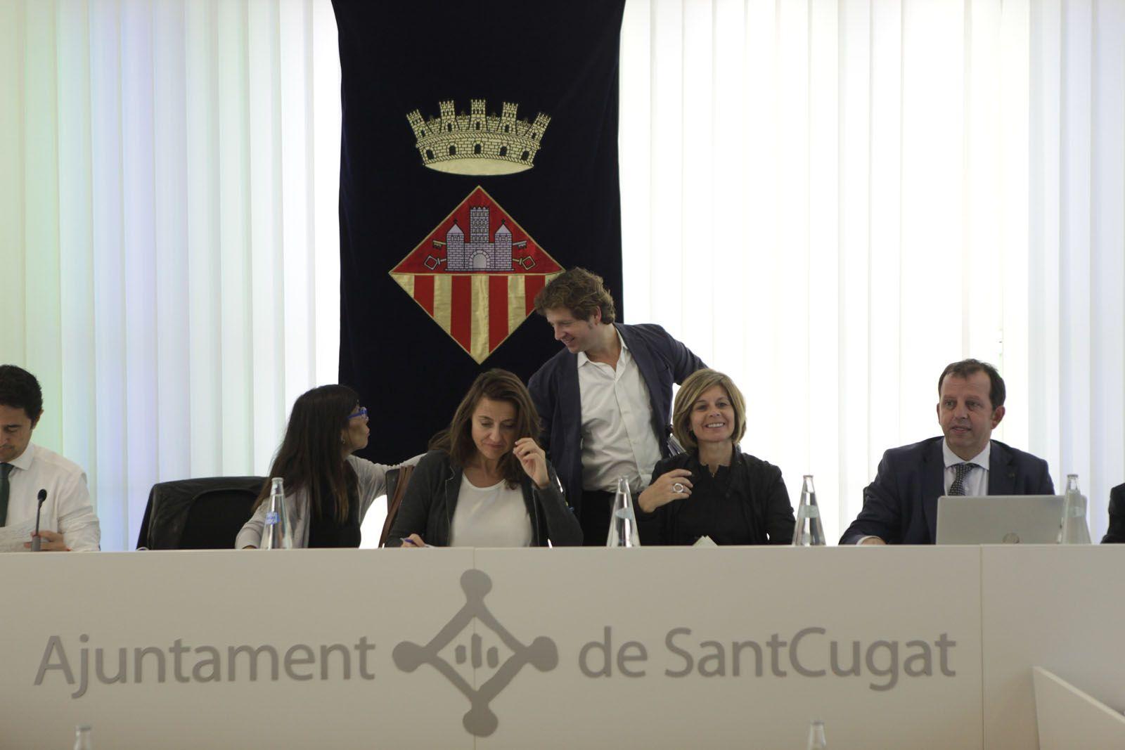 Cristina Paraira, tinent d'alcalde de Serveis Urbans i Presidència, Mercè Conesa, alcaldesssa, i Carmela Fortuny, tinent d'alcalde de Cultura i Promoció de la Ciutat (CIU) comentant amb Pere Soler, portaveu del PSC (PSC). FOTO: Artur Ribera