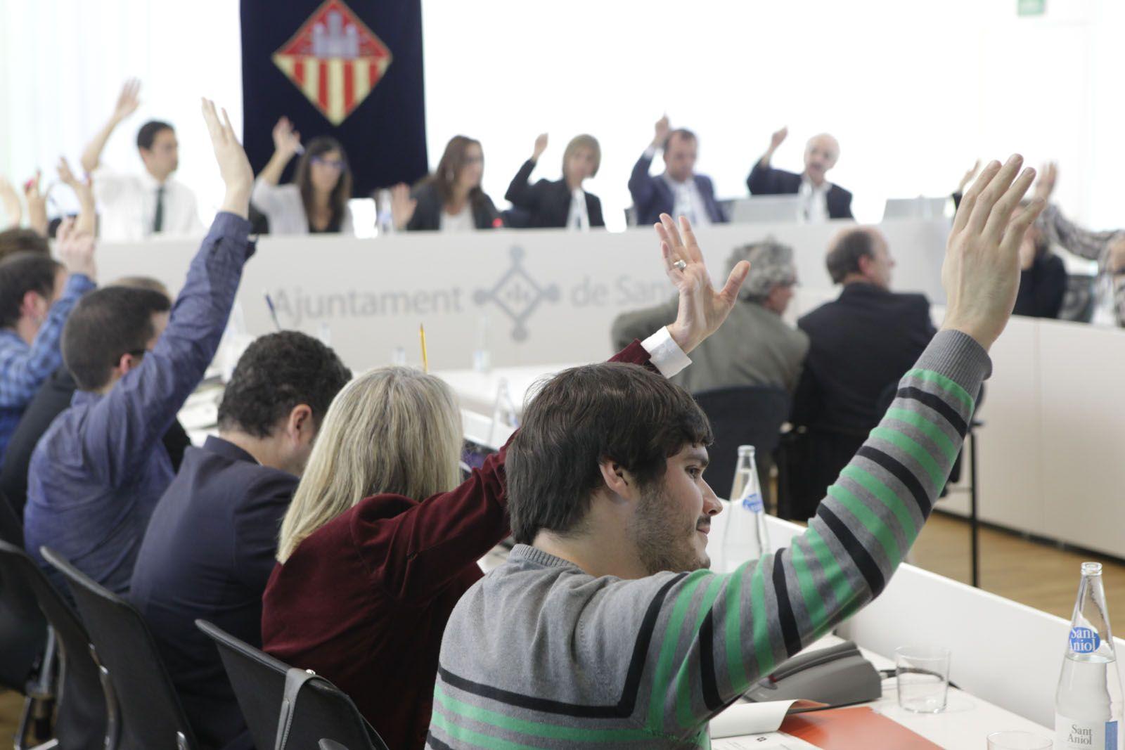Una de les diverses votacions del ple. FOTO: Artur Ribera