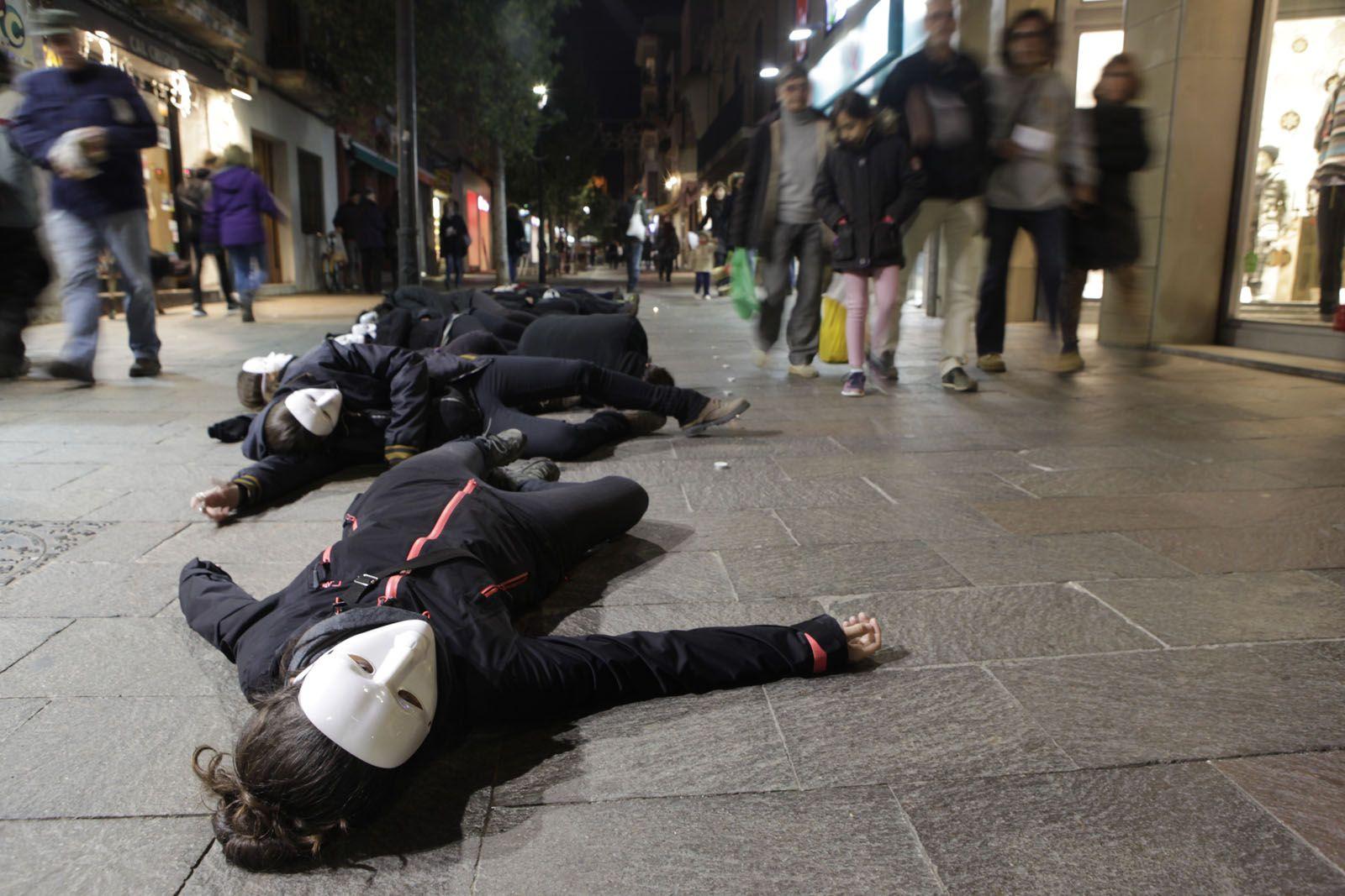 La 'performance' l'han feta al carrer de Santiago Rusiñol FOTO: Artur Ribera