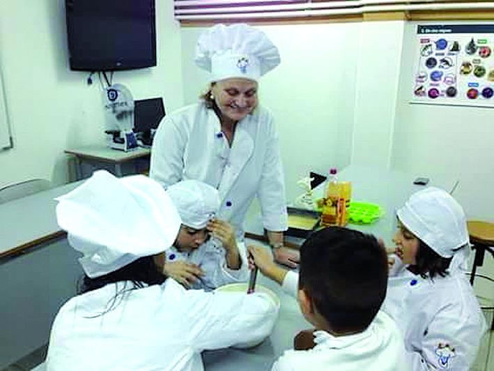 Cuinant, els nens aprenen hàbits per una alimentació saludable. FOTO: Cedida