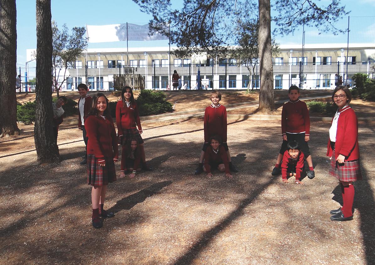 Alumnes de l'Agora IS jugant al pati FOTO: Cedida