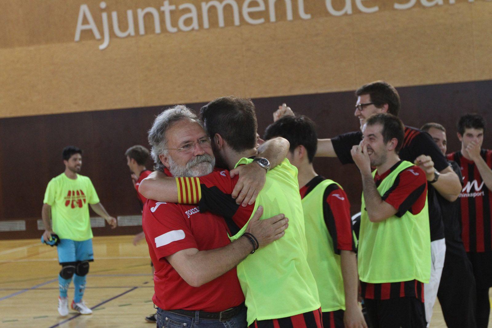 El delegat del FS Sant Cugat, Juan López, abraçant-se amb el capità Adri, després del partit FOTO: Haidy Blanc