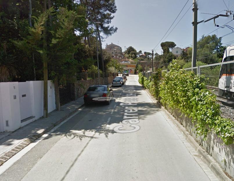 Tram final del carrer del Pas de l'Estació, a tocar de la via del tren FOTO: Google Maps
