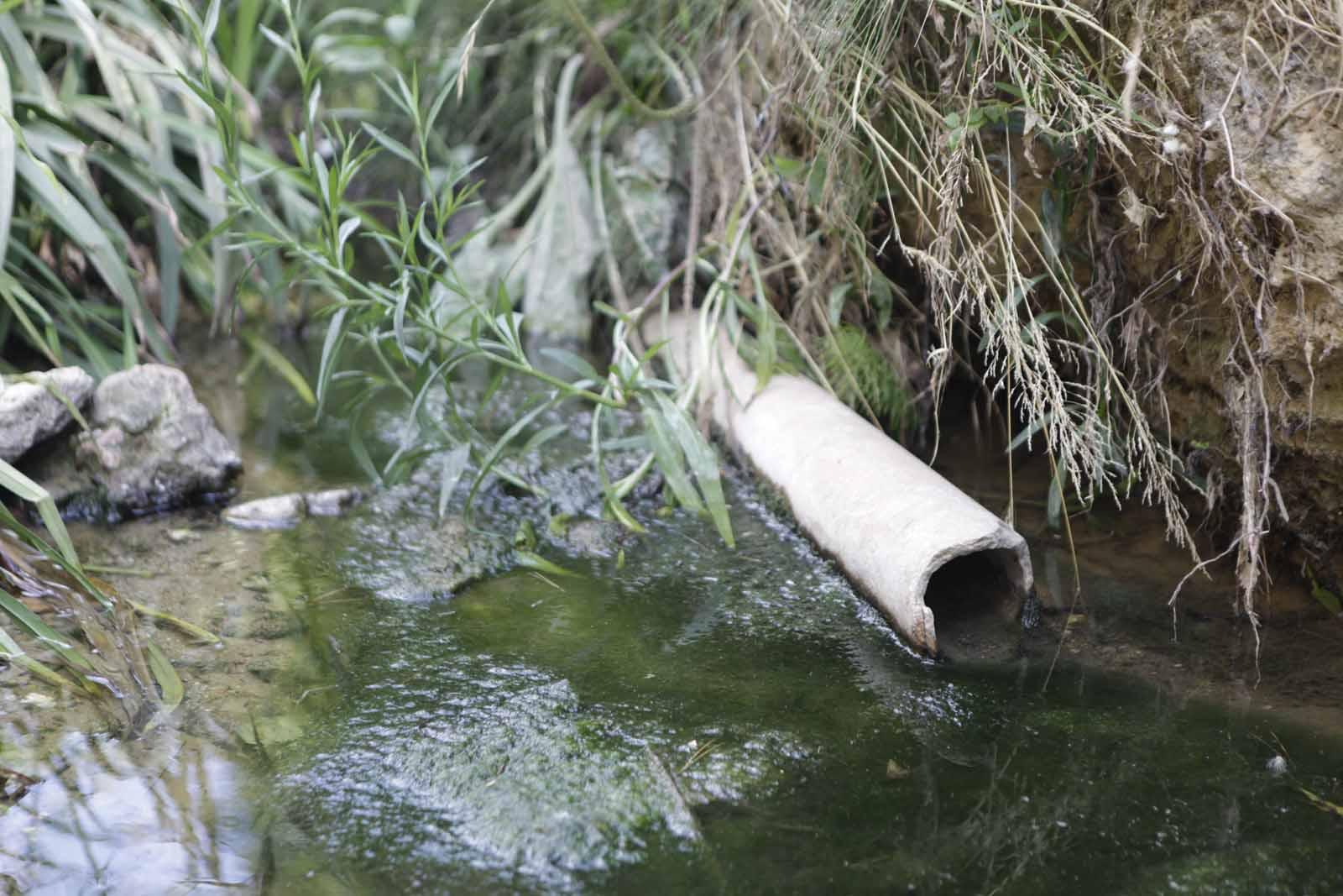 A la riera s'hi poden trobar tubs, com el de la foto, que contenen amiant, un element cancerigen FOTO: Artur Ribera