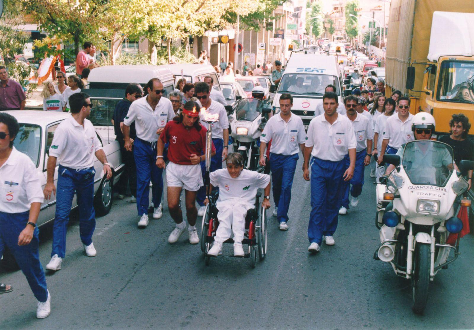 La torxa dels Jocs Paralímpics va recórrer els carrers de Sant Cugat. La fotografia es correspon al carrer de Francesc Moragas FOTO: Cedida