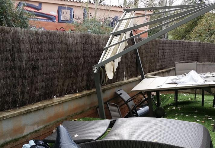 Imatge de com va quedar el jardí de la veïna de Mira-sol per l'efecte de la riera FOTO: Cedida