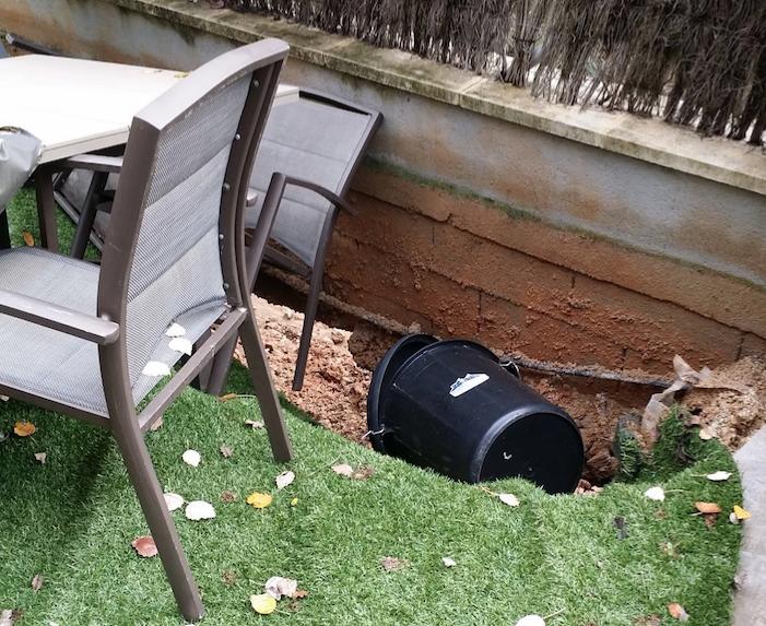 L'esfondrament va afectar el jardí de la veïna de Mira-sol FOTO: Cedida
