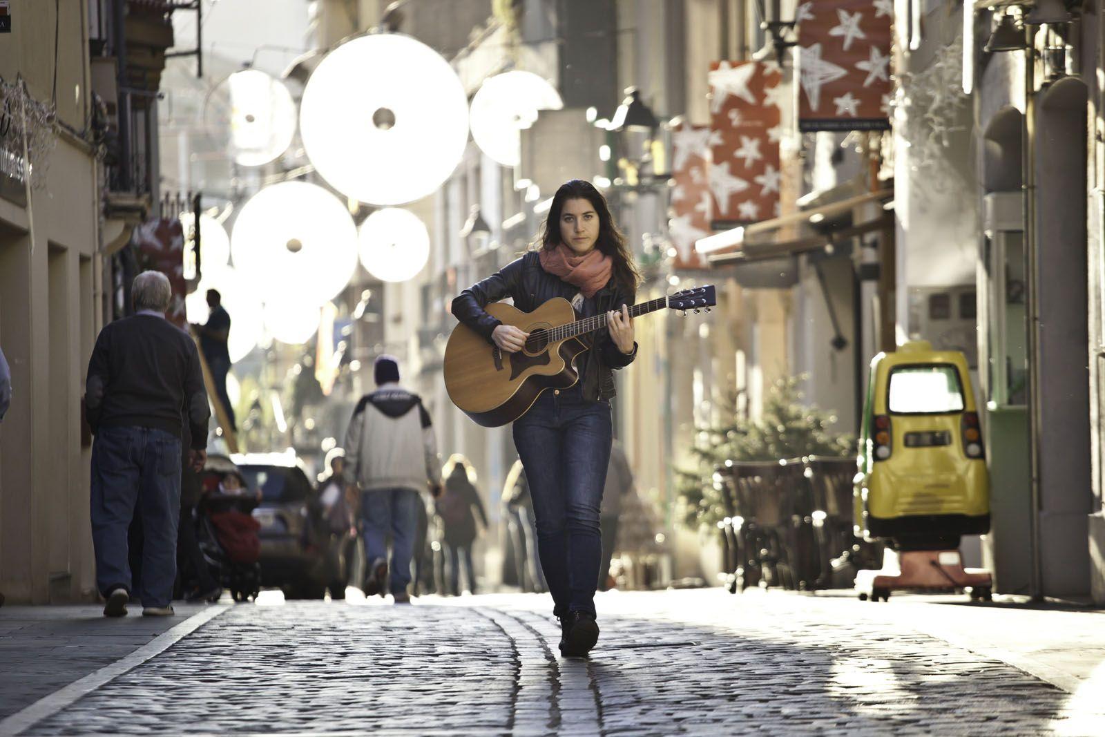 Toca al carrer i dona classes de música  FOTO: Artur Ribera