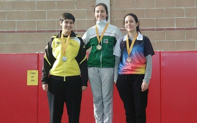 Judit Pola, a la dreta de la foto, ha estat tercera en el Campionat Provincial de Barcelona. FOTO: Club Arquers Sant Cugat