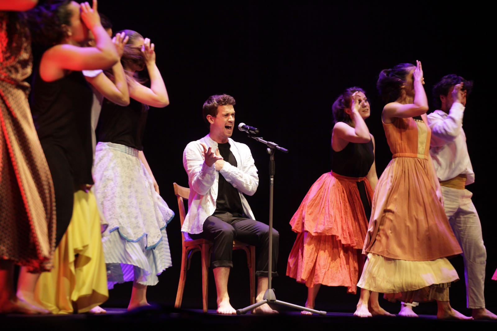 Moment de l'actuació de l'esbart i Pere Martínez. FOTO: Artur Ribera