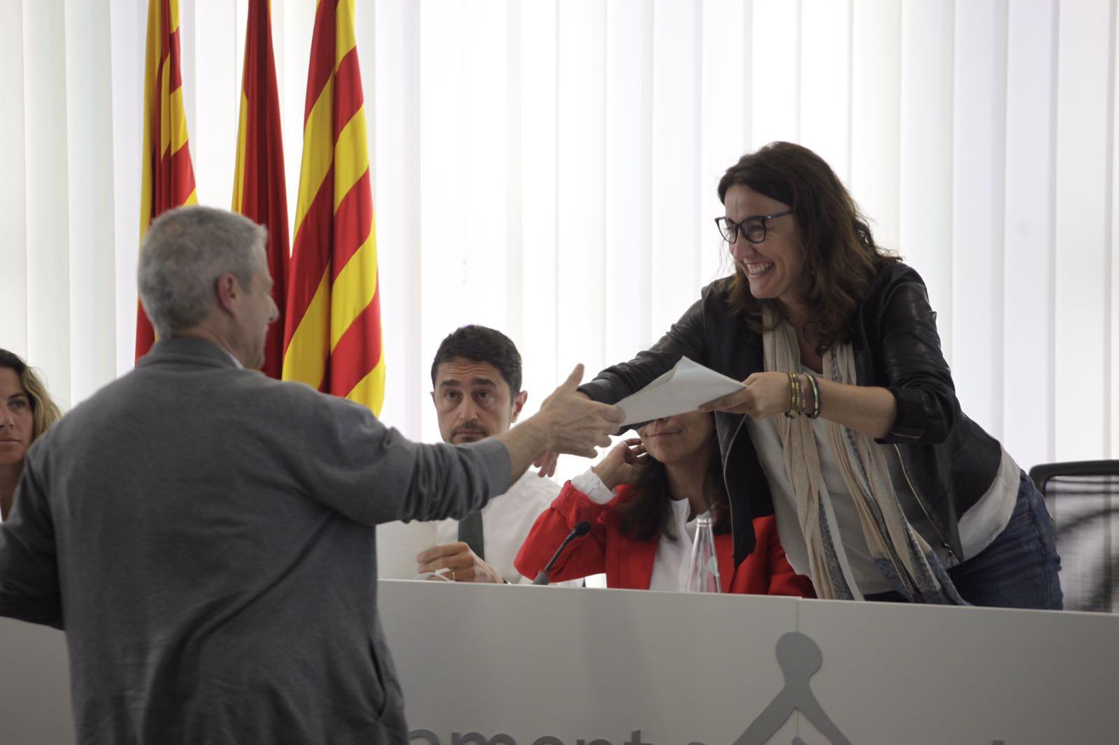 Cayuelas lliurant les signatures a l'alcaldessa FOTO: Artur Ribera