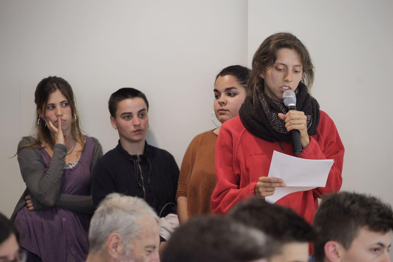 Membre de La Xesca, Arran i Hora Bruixa durant la seva intervenció  FOTO: Artur Ribera