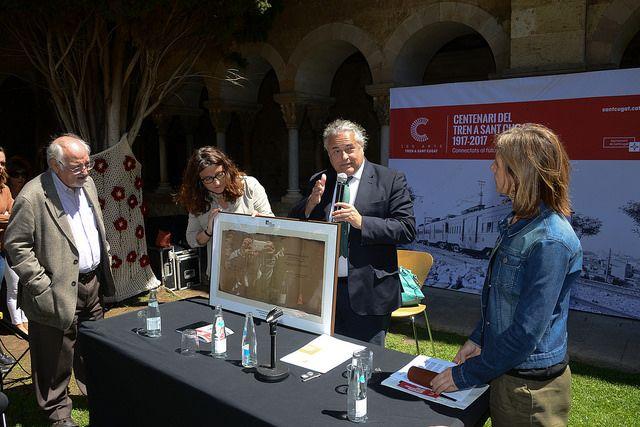 El president de FGC, al centre, ha lliurat un obsequi a l'alcaldessa de Sant Cugat FOTO: Artur Ribera