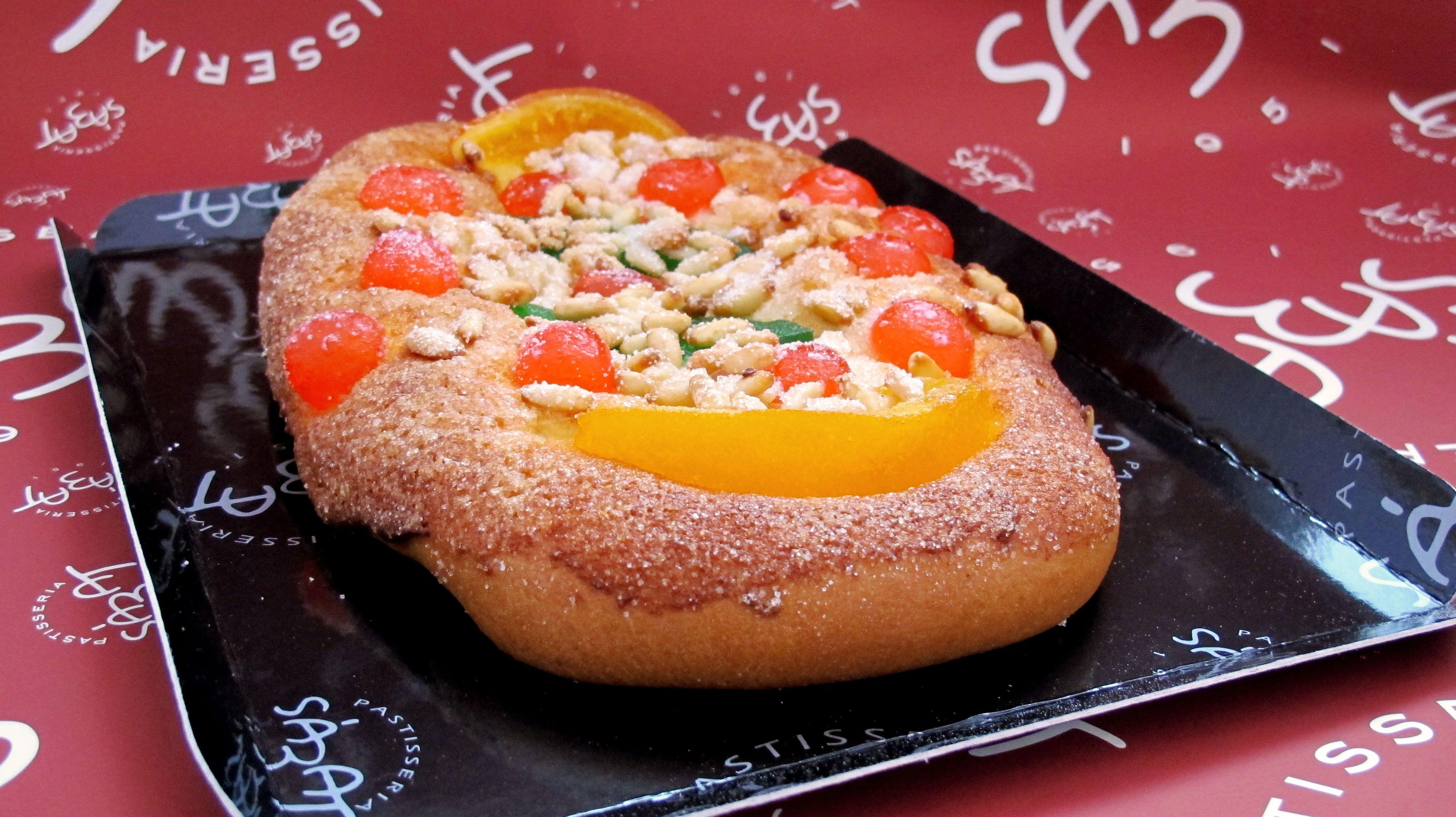 La tradicional coca de Sant Joan, la de fruita confitada FOTO: Cedida