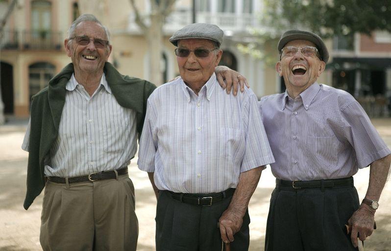 D'esquerra a dreta, els fundadors de la Penya Regalèssia, Pahissa, Baila i Garrell,a la plaça de Barcelona. FOTO: Artur Ribera