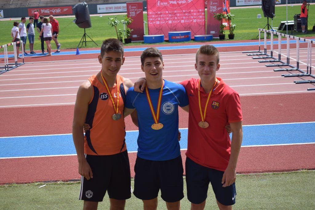 Marc Tomey, al centre de la imatge, ha estat campió d'Espanya Juvenil en salt de perxa. FOTO: Felix Tomey