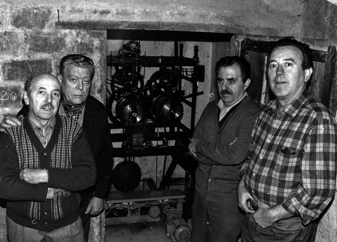 D'esquerra a dreta, Miquel Garrell, Josep Benet, Roc Gómez, Ramon Torner, els darrers encarregats de mantenir el rellotge  FOTO: Arxiu
