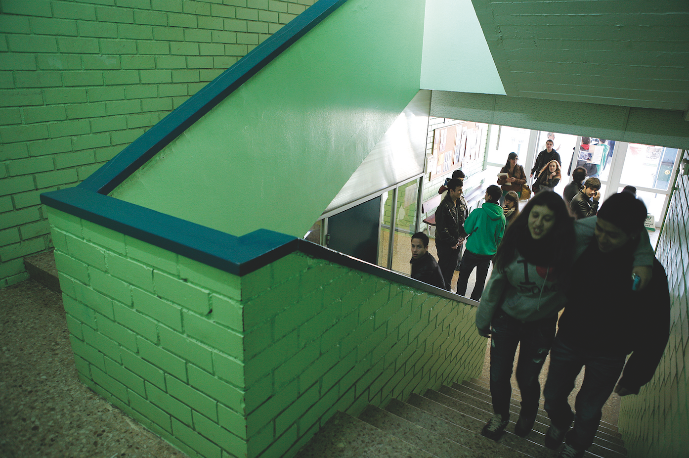 Uns alumnes a l'interior de l'Institut Leonardo da Vinci FOTP: Arxiu