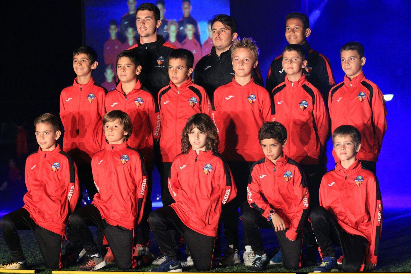 Un dels 43 equips del Sant Cugat FC, a la presentació. FOTO: Lali Álvarez