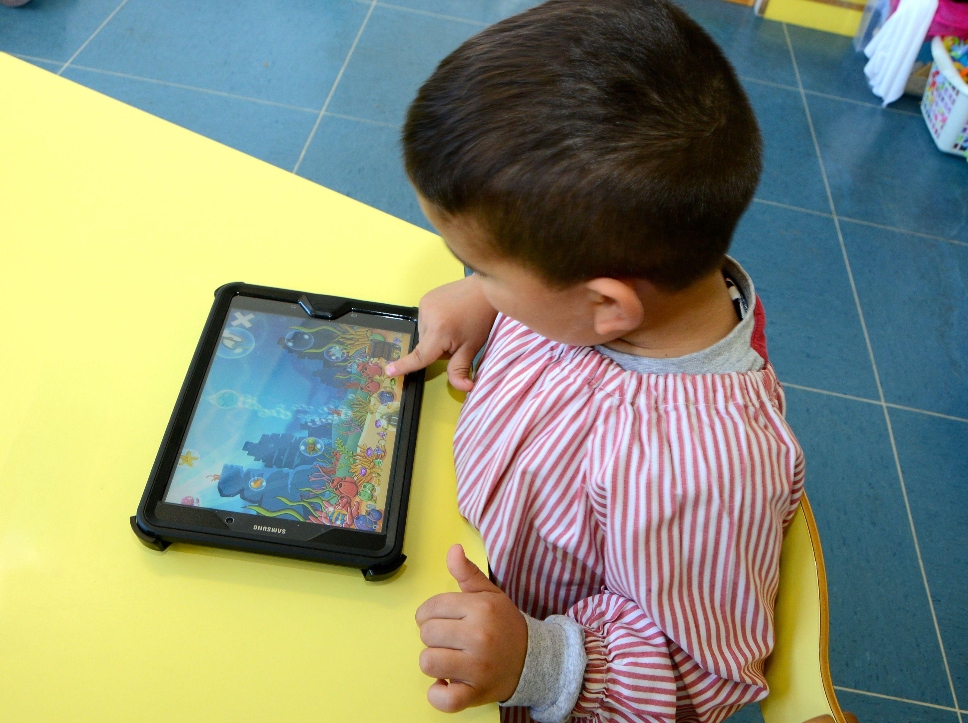 El centre fa servir diversos suports per fomentar l'ús de l'anglès entre els infants FOTO: Cedida