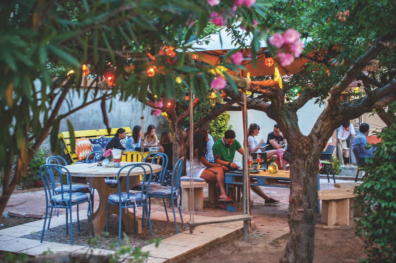 El jardí del restaurant és un lloc ideal per dinar o sopar FOTO: Artur Ribera