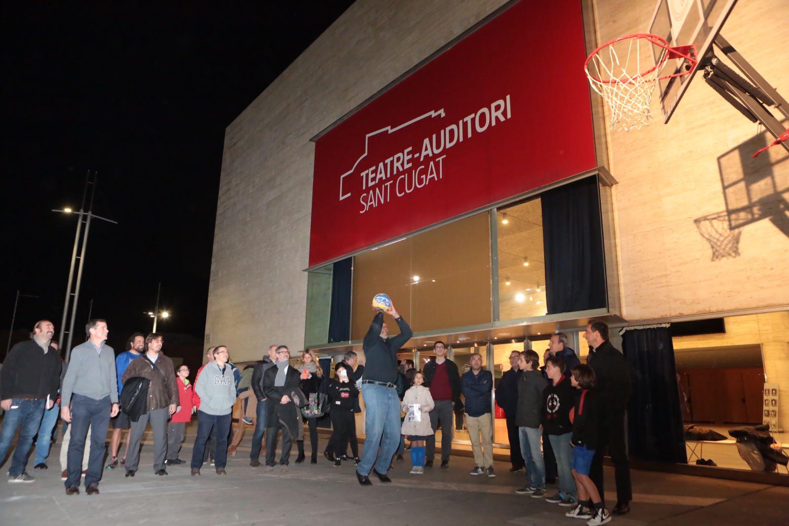 Audie Norris, a la foto, i Nacho Solozábal han fet uns llançaments en una cistella, a l'exterior del Teatre-Auditori. FOTO: Artur Ribera