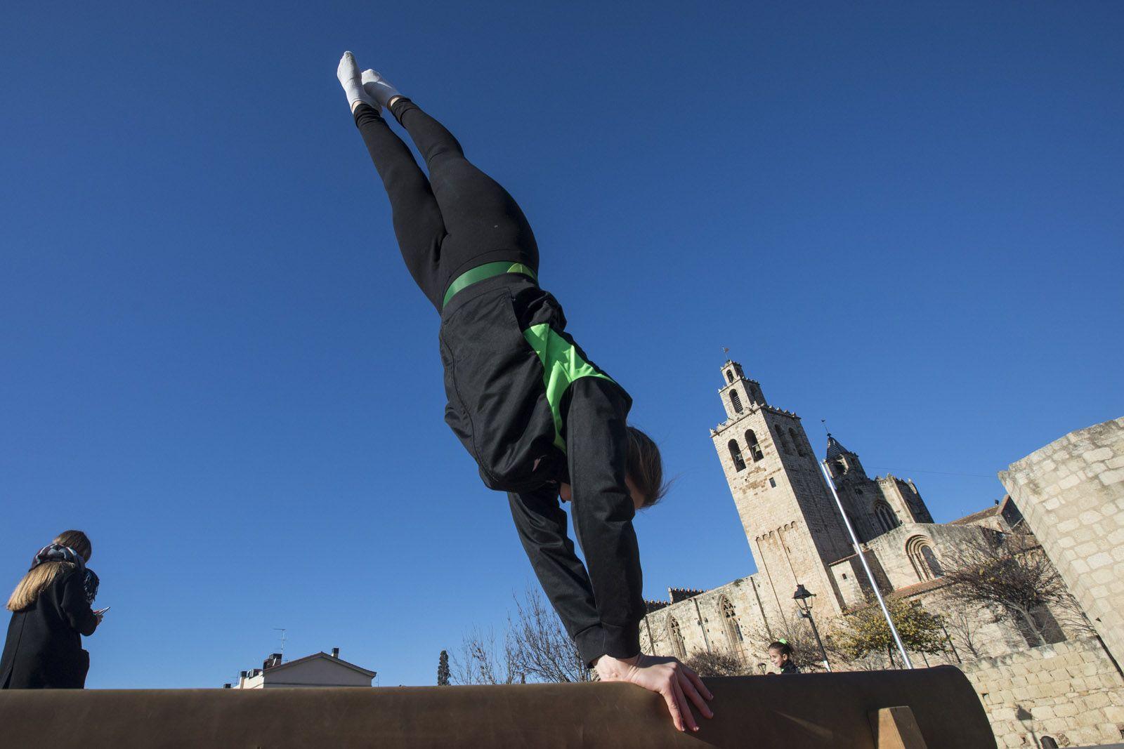 Un dels exercicis que han fet les gimnastes del Club Artística Sant Cugat. FOTO: Lali Puig