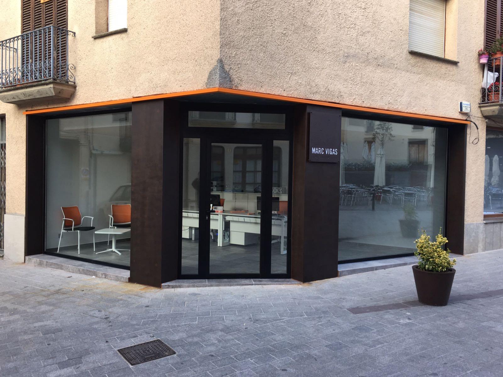 Hermanos Almansa instal·la festeria d'alumini i vidres tant a habitatges com a locals comercials  FOTO: Cedida