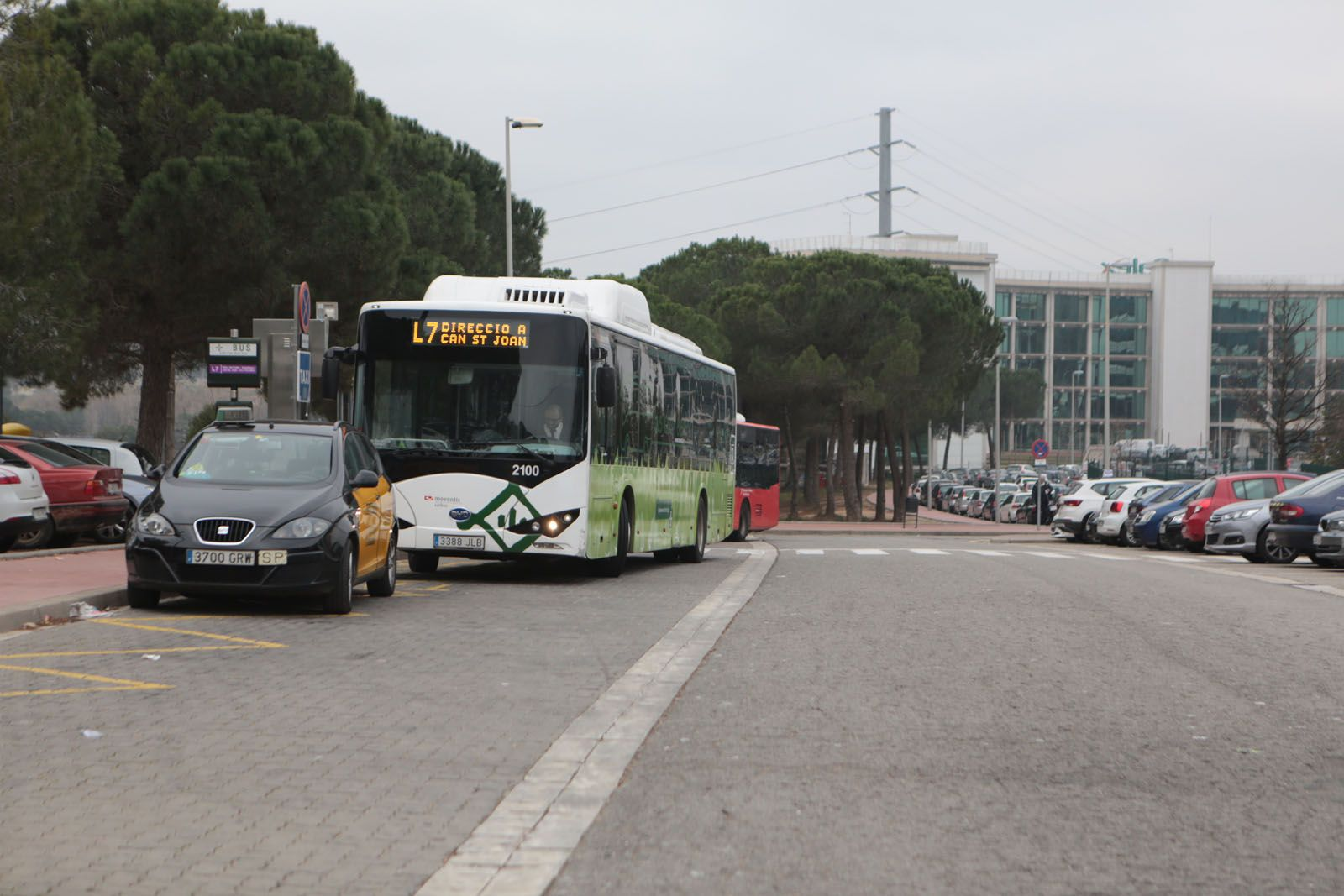 Un autobús a l'estació de Ferrocarrils de la Generalitat de Can Sant Joan FOTO: Artur Ribera