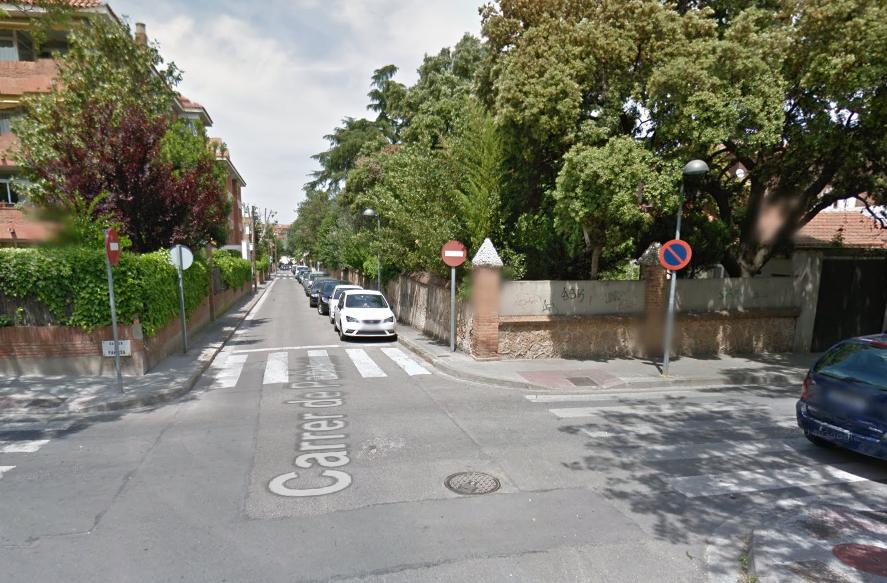 Imatge del carrer de Pahissa. La finca que va cantonada de la dreta és la que es convertirà en un espai públic FOTO: Google Maps
