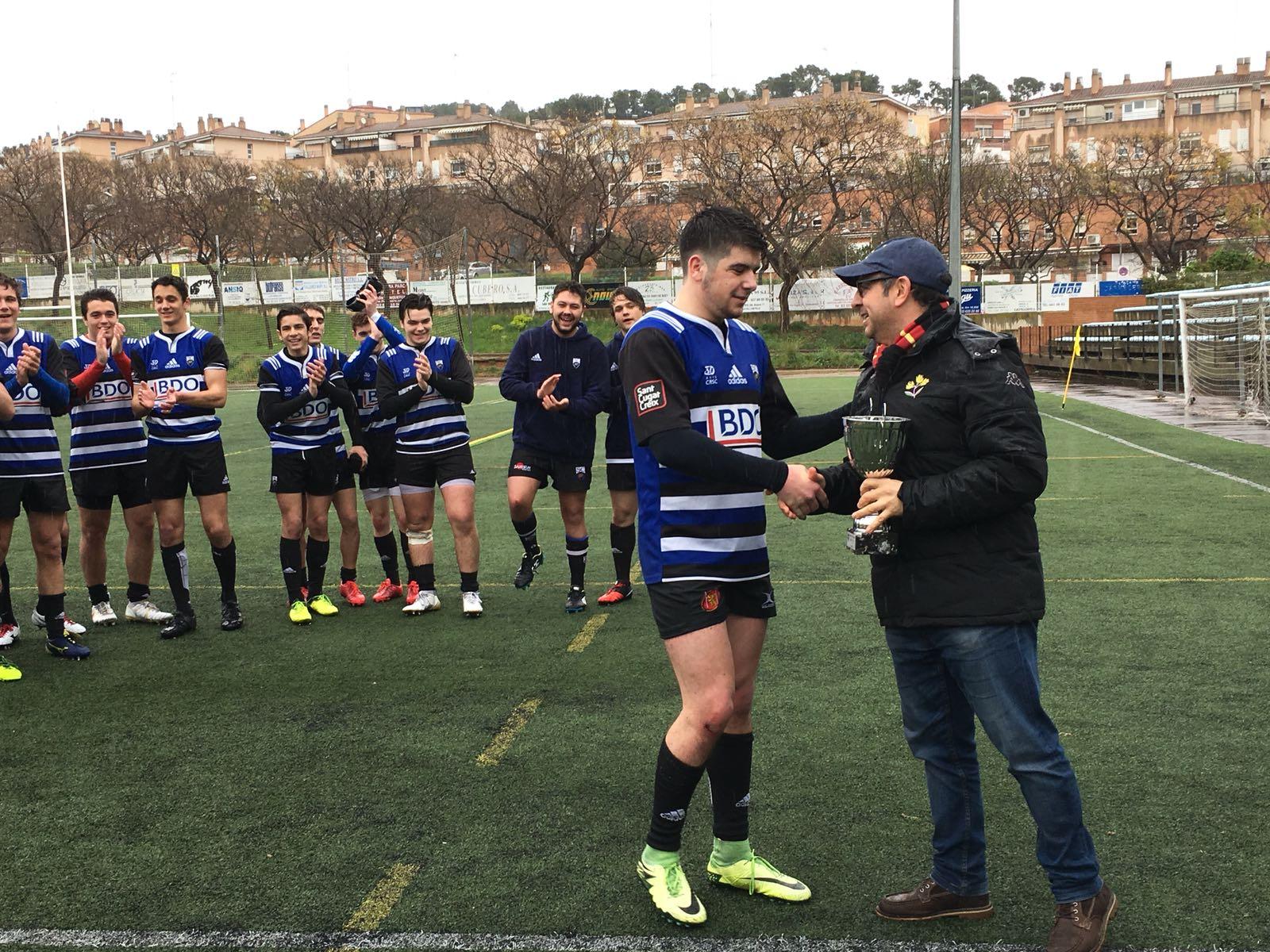 El capità del CR Sant Cugat rebent el trofeu de campió. FOTO: CRSC