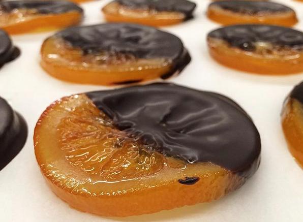 A Sàbat també elabora taronges confitades banyades amb xocolata