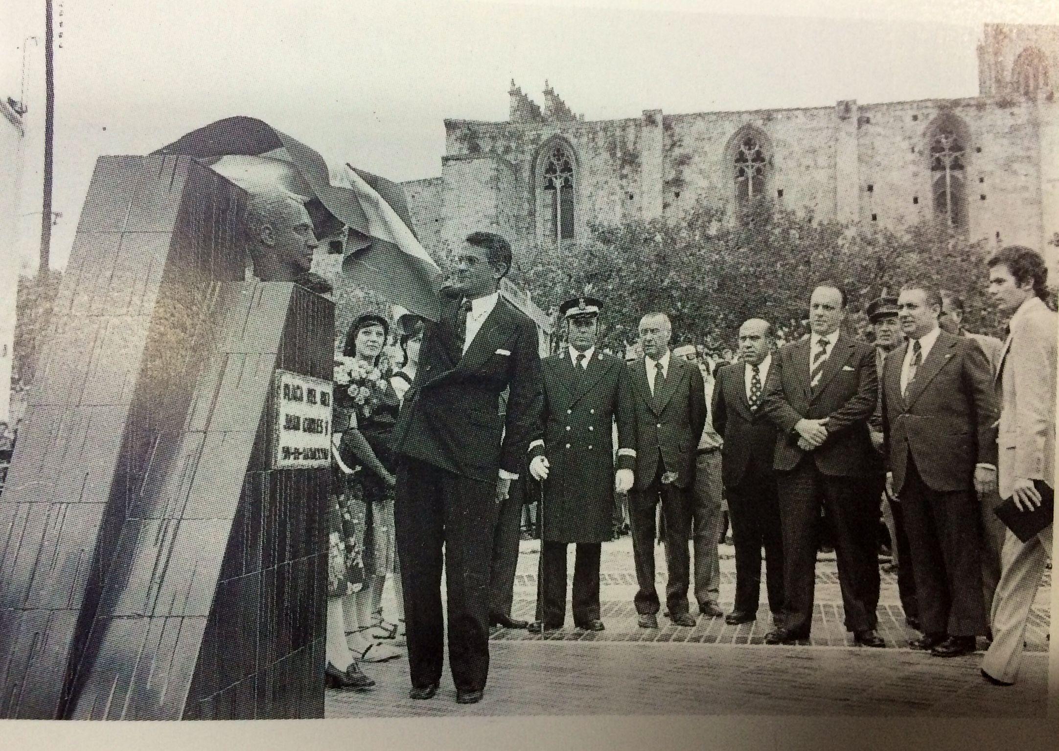 L'alcalde de Sant Cugat, Francesc de P. Llatjós, el governador civil de Barcelona, Salvador Sánchez, i l'exministre de Governació, Manuel Fraga, van inaugurar el monument i la plaça del Rei Joan Carles I el 15 de setembre de 1976.