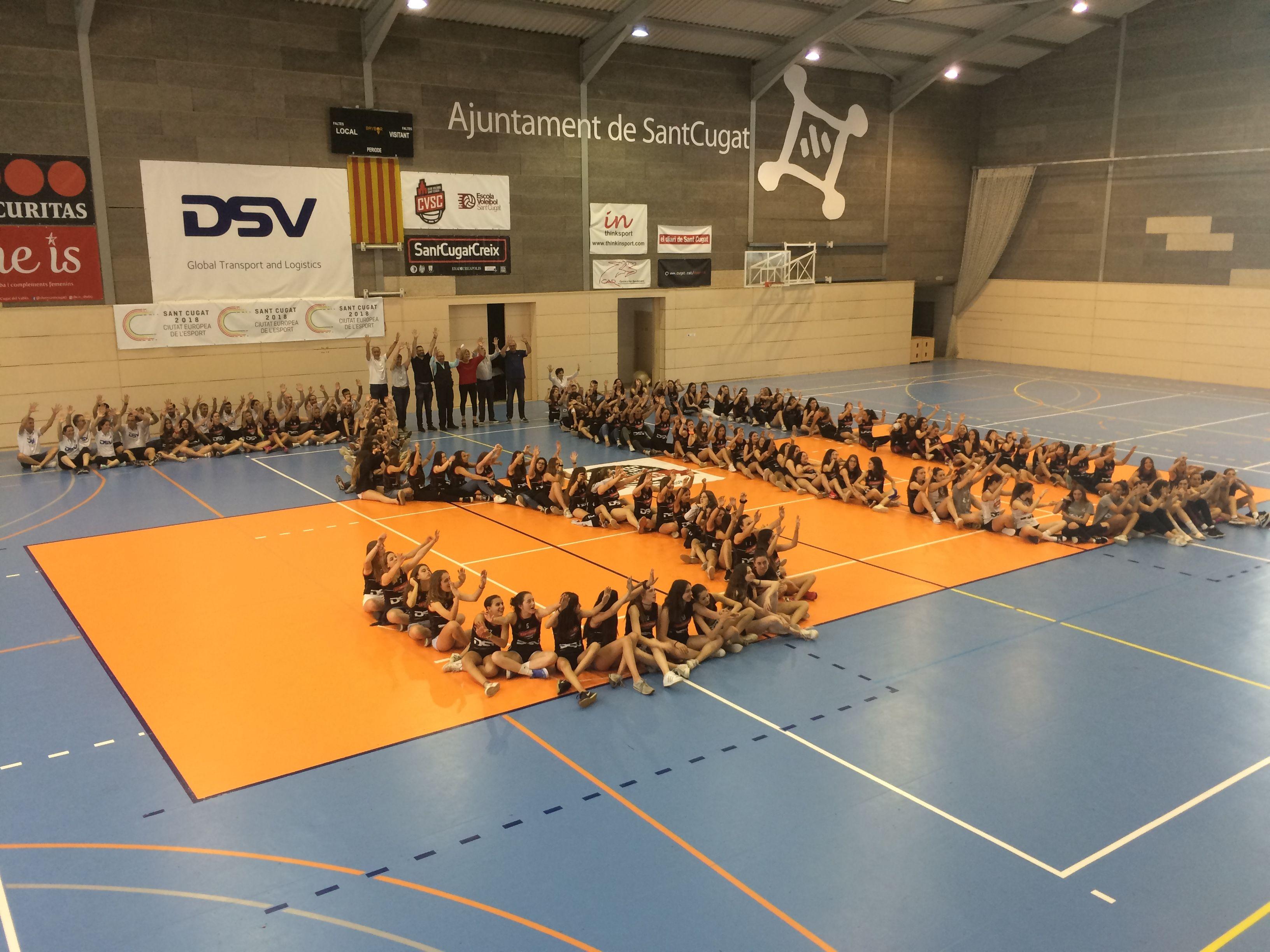 Jugadores, cos tècnic, directiva i expresidents han format un 30 al Pavelló de Valldoreix. FOTO: À. L. P.