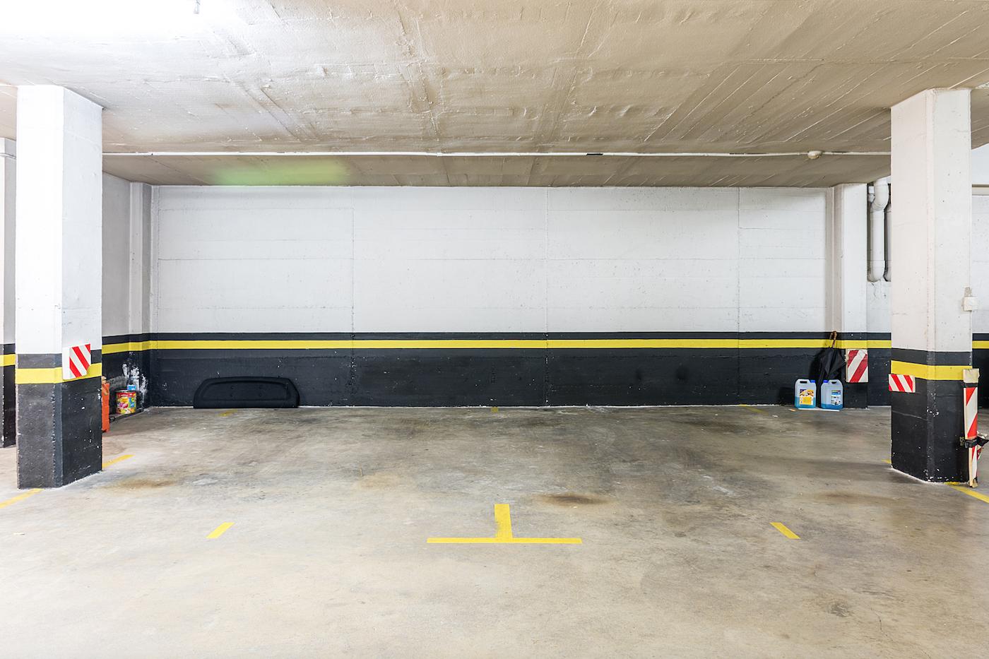 Disposa de dues places de pàrquing contigües i un gran traster en el soterrani FOTO: Cedida