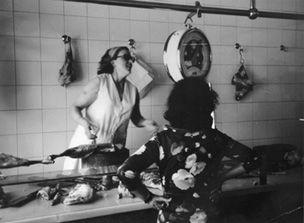 Rafaela Grau, el 1960, a la botiga de Cal Tubau al carrer de la Torre FOTO: Carnisseries Tubau