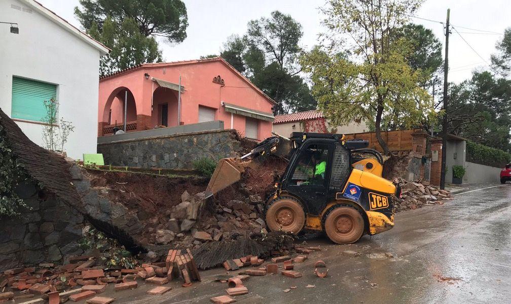 Murs caiguts i carrers inundats per la pluja a Valldoreix