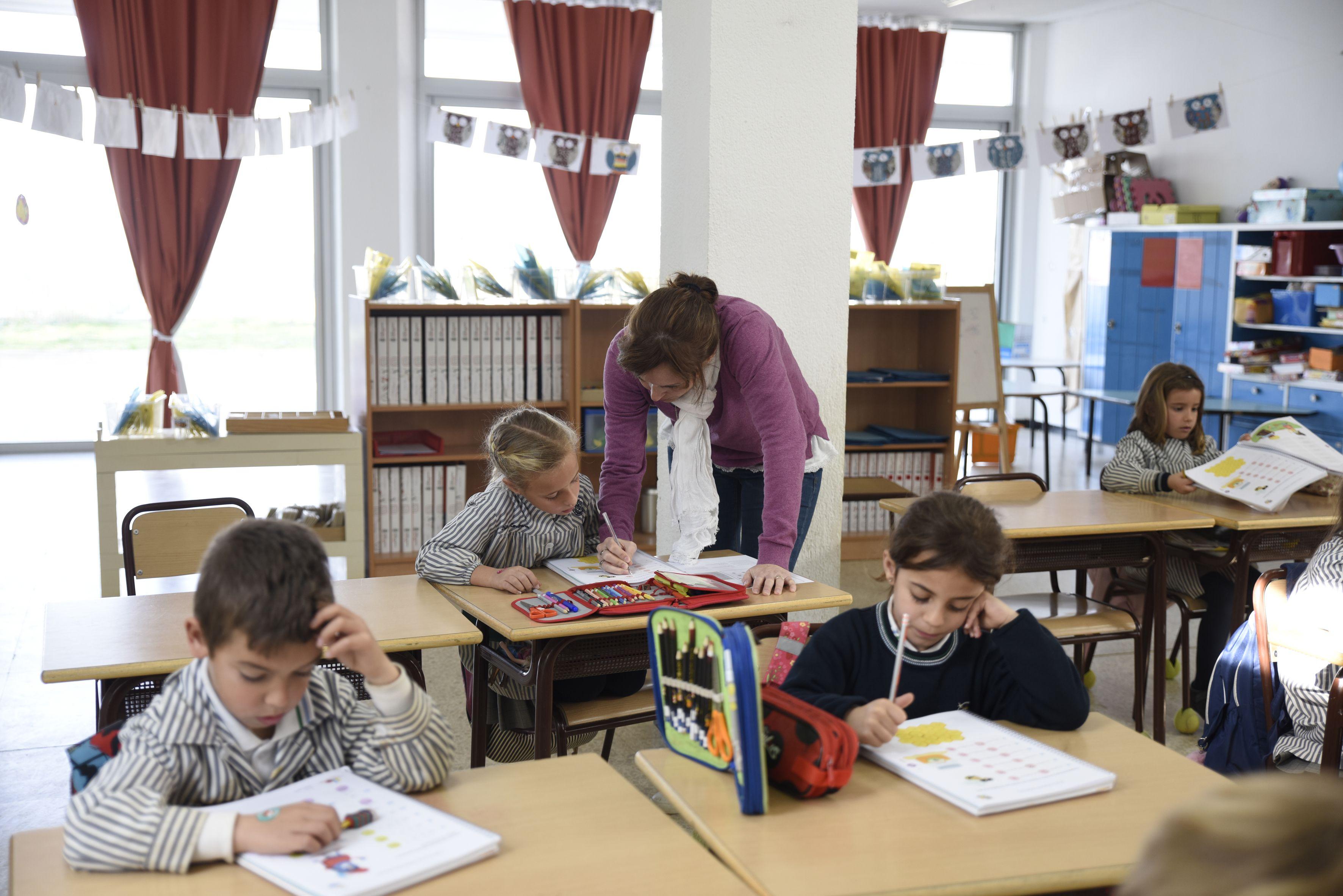 Els professors ajuden als alumnes en el que necessiten al Col·legi Pureza de Maria Sant Cugat FOTO: Bernat Millet