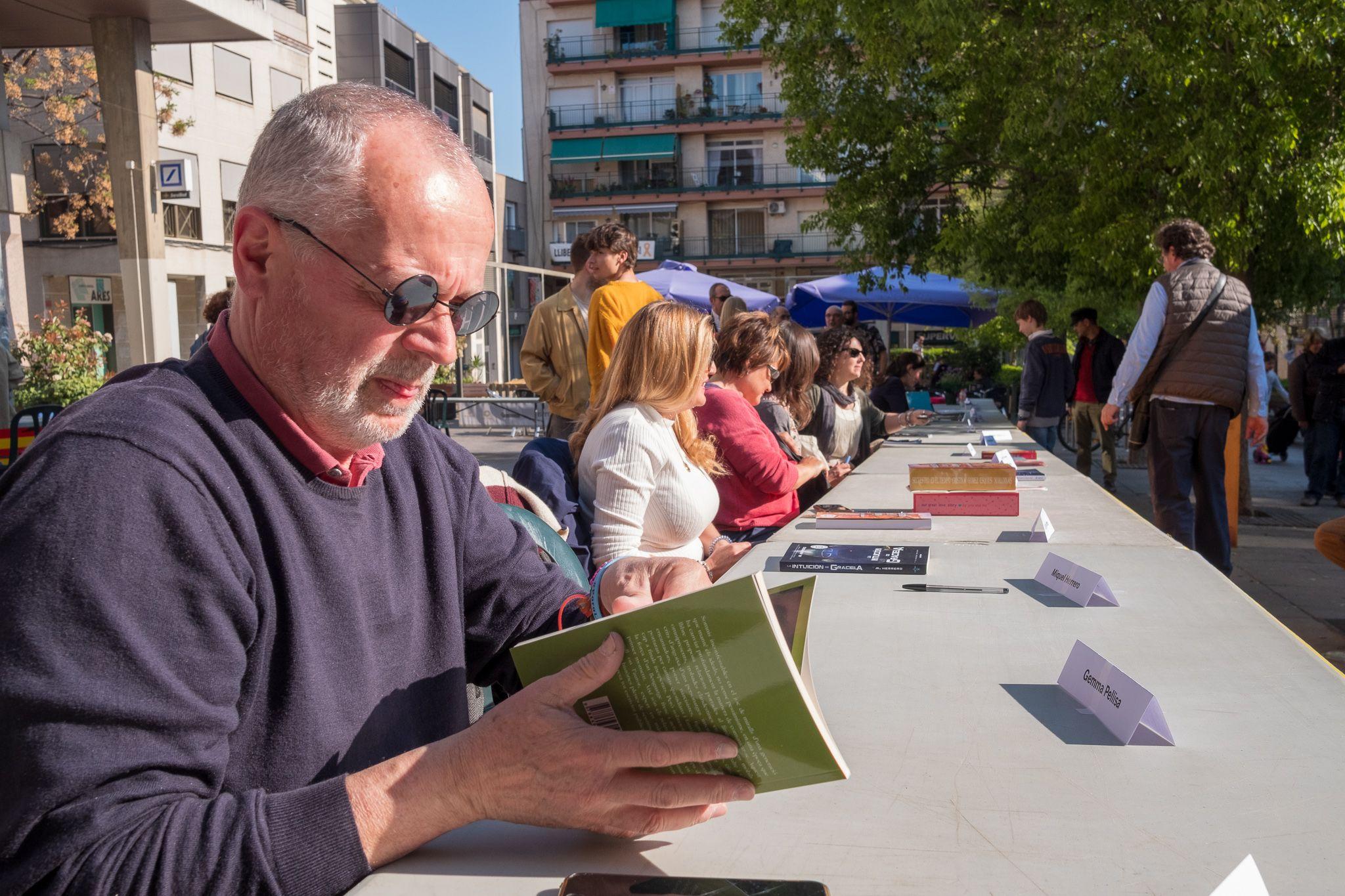 La taula d'escriptors a la plaça 4 cantons. FOTO: Ale Gómez.