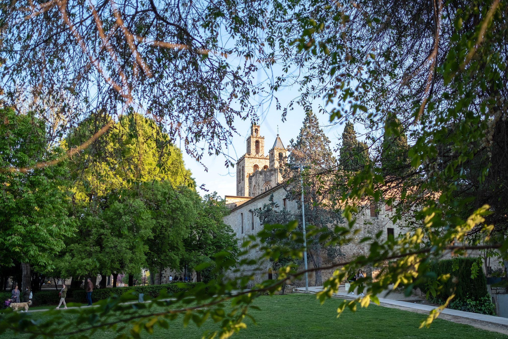 Els jardins i el monestir de Sant Cugat a la tarda. FOTO: Ale Gómez.