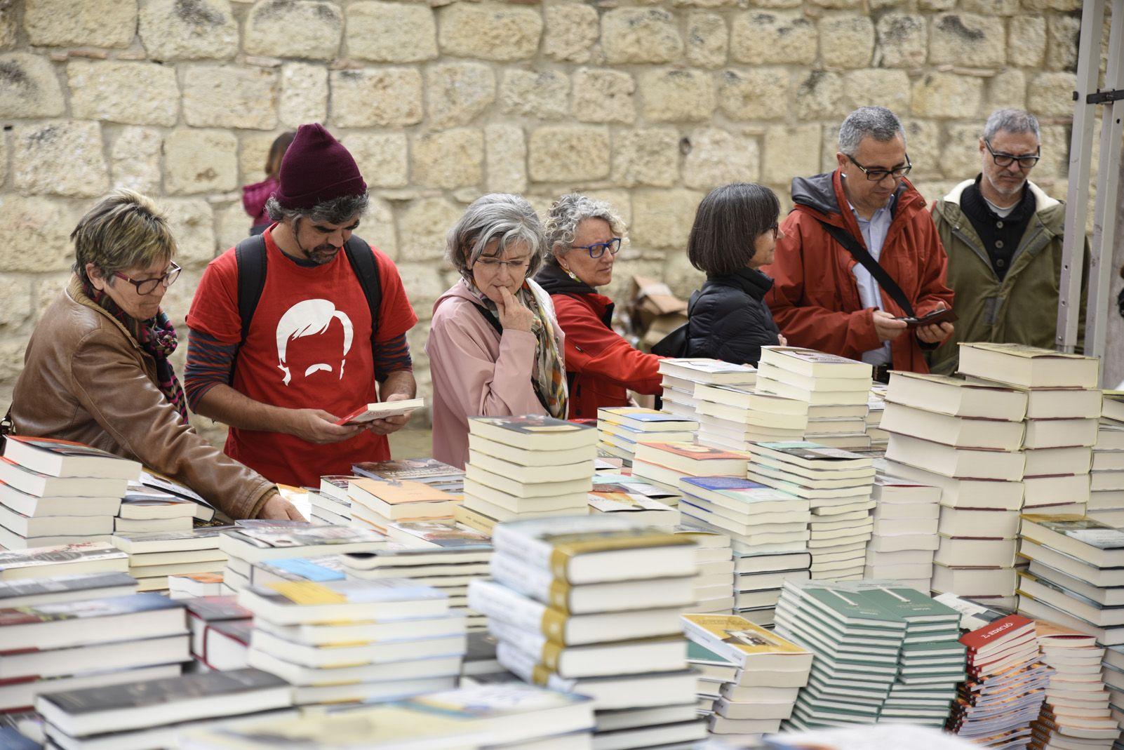 Venta de llibres durant la diada de Sant Jordi. Foto: Bernat Millet.